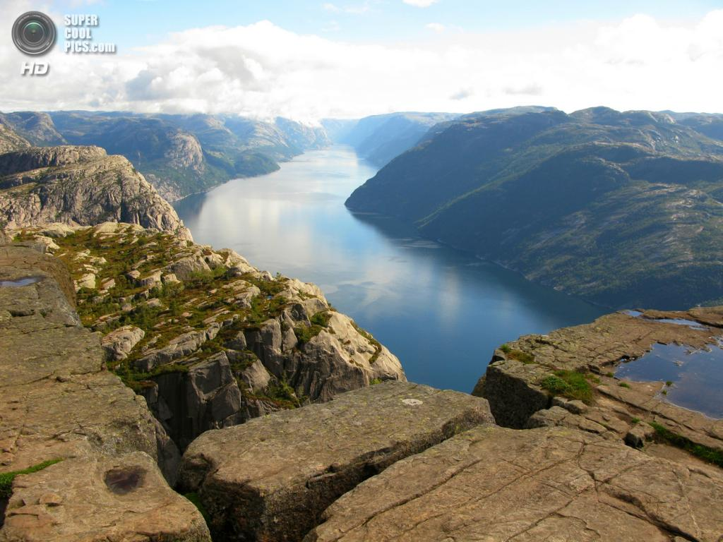 Норвегия. Люсе-фьорд, длинной 42 км, знаменит своими необычным скальным образованиям Кьераг и Прекестулен. (Leo-setä)