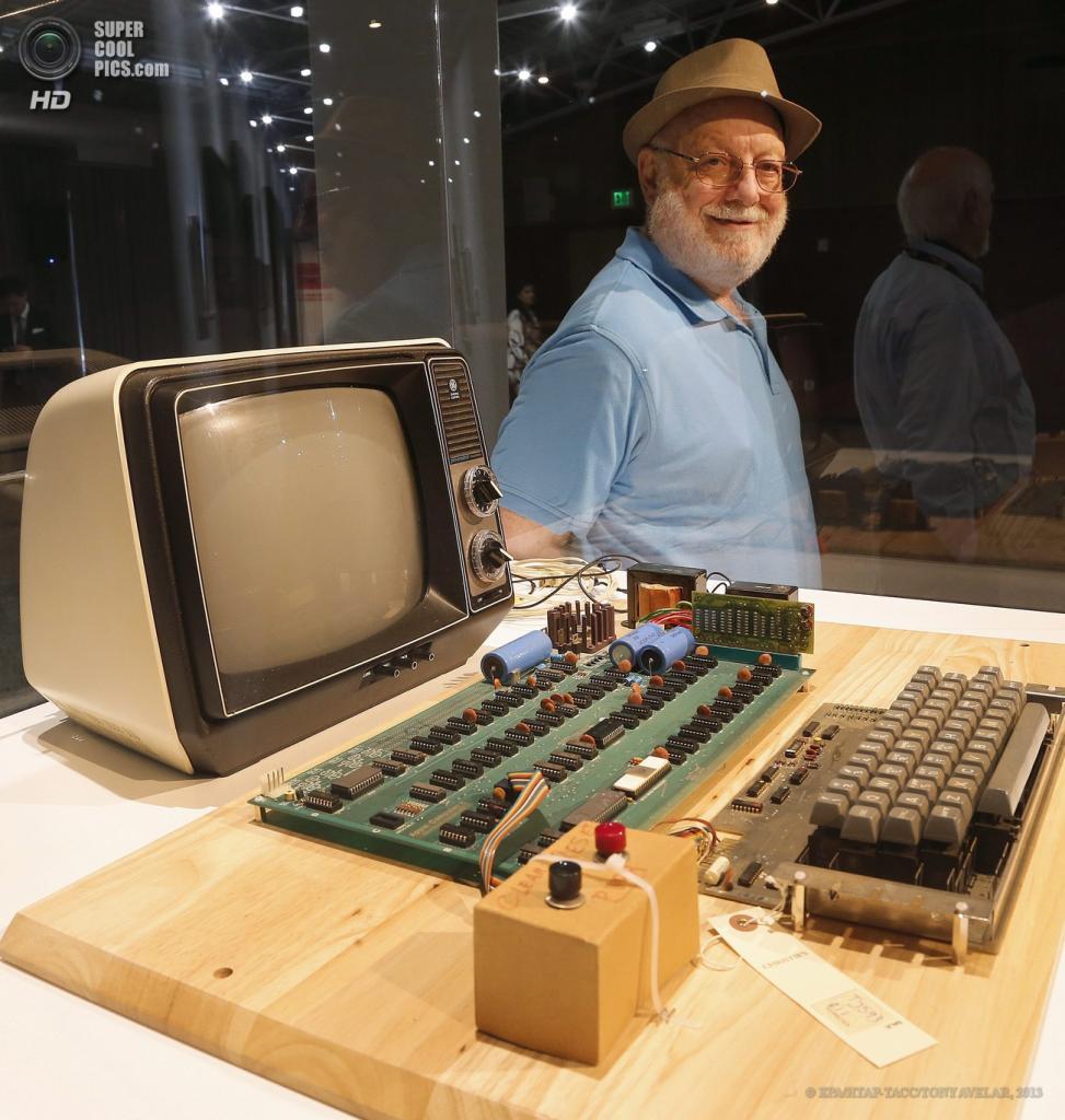 США. Маунтин-Вью, Калифорния. 24 июня. Владелец компьютера Apple-1 Тэд Перри у своего лота в Музее компьютерной истории. (EPA/ИТАР-ТАСС/TONY AVELAR)