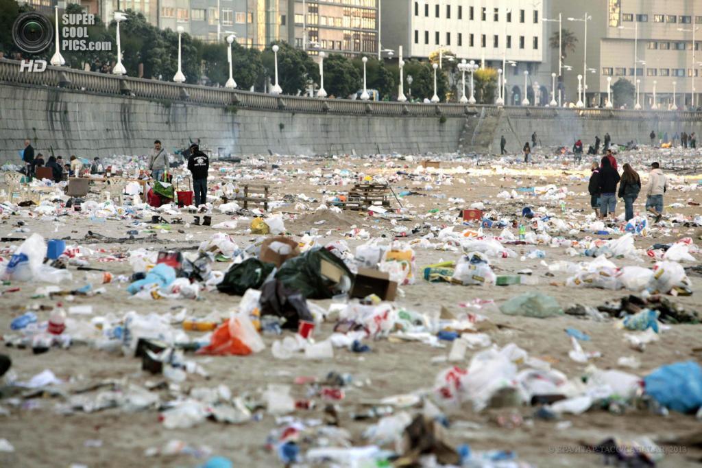 Испания. А-Корунья, Галисия. 24 июня. Общий вид на замусоренный пляж Орсан после празднования Костров святого Иоанна Крестителя. (EPA/ИТАР-ТАСС/CABALAR)