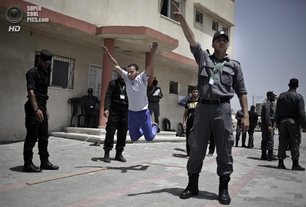 Палестина. Сектор Газа. 4 июня. Во время набора для прохождения службы в силах безопасности ХАМАС. (EPA/ИТАР-ТАСС/ALI ALI)