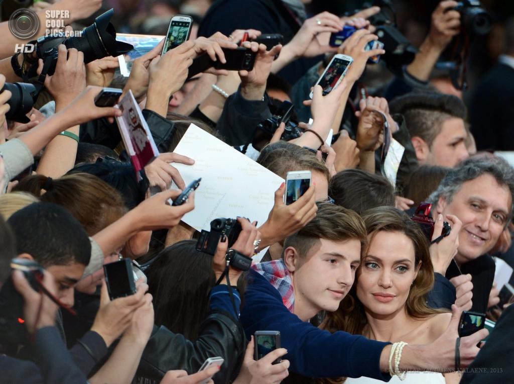 Германия. Берлин. 4 июня. Актриса Анджелина Джоли на премьере фильма «Война миров Z». (EPA/ИТАР-ТАСС/JENS KALAENE)