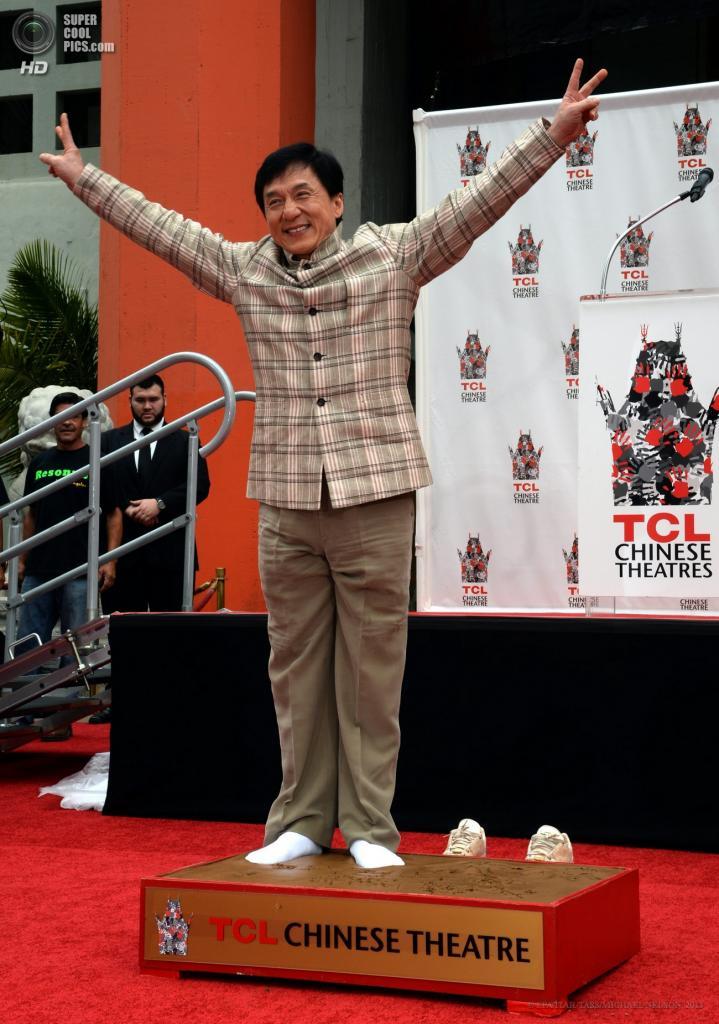США. Голливуд, Лос-Анджелес, Калифорния. 6 июня. Актёр Джеки Чан оставляет отпечатки ног на цементе у Китайского театра Граумана. (EPA/ITAR-TASS/MICHAEL NELSON)