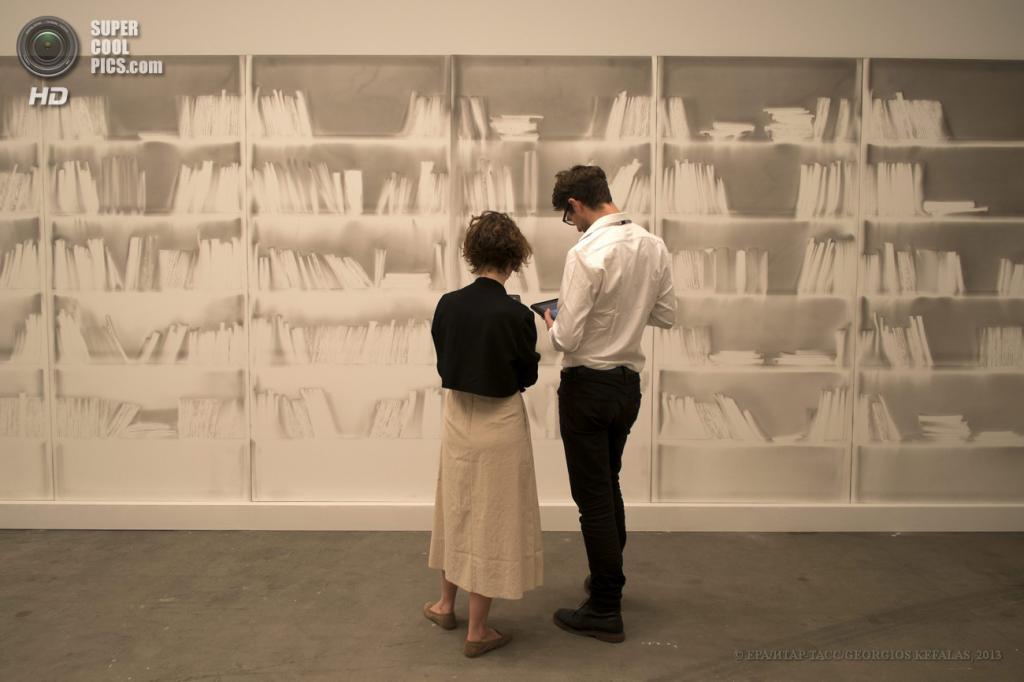 Швейцария. Базель. 10 июня. Инсталляция «Untitled» итальянского художника Клаудио Пармиджиани на выставке современного искусства Art Basel. (EPA/ИТАР-ТАСС/GEORGIOS KEFALAS)