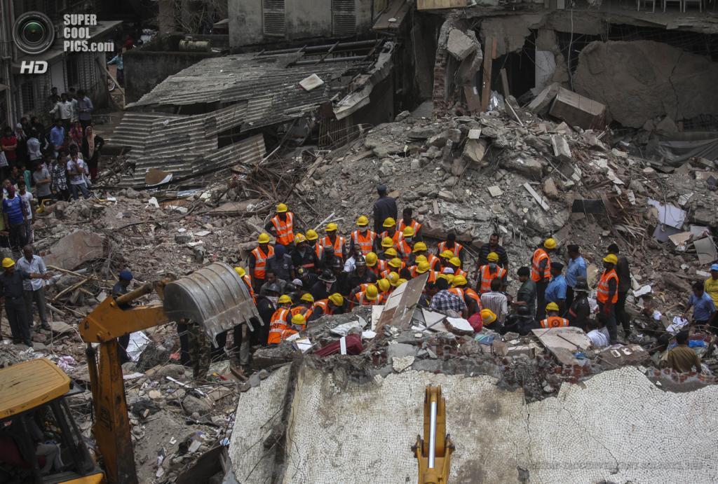 Индия. Мумбаи, Махараштра. 11 июня. На месте крушения многоэтажного дома. (EPA/ИТАР-ТАСС/DIVYAKANT SOLANKI)
