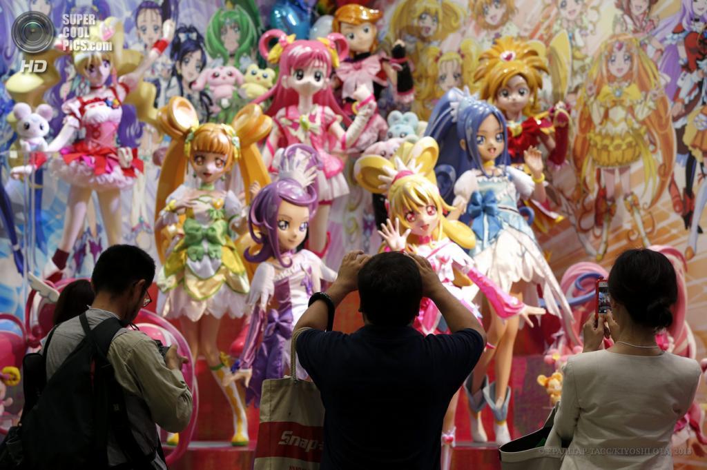 Япония. Токио. 13 июня. Посетители у фигурок Pretty Cure — персонажей аниме PreCure All Stars — на выставке Tokyo Toy Show 2013. Стенд Bandai. (EPA/ИТАР-ТАСС/KIYOSHI OTA)