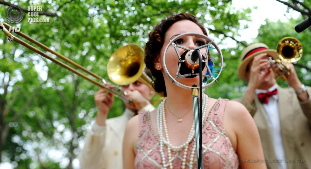 США. Нью-Йорк. 16 июня. Джазовый дуэт Gelber & Manning исполняет старую джазовую композицию во время 8-го ежегодного фестиваля Jazz Age Lawn Party на Губернаторском острове. (EPA/ИТАР-ТАСС/JUSTIN LANE)