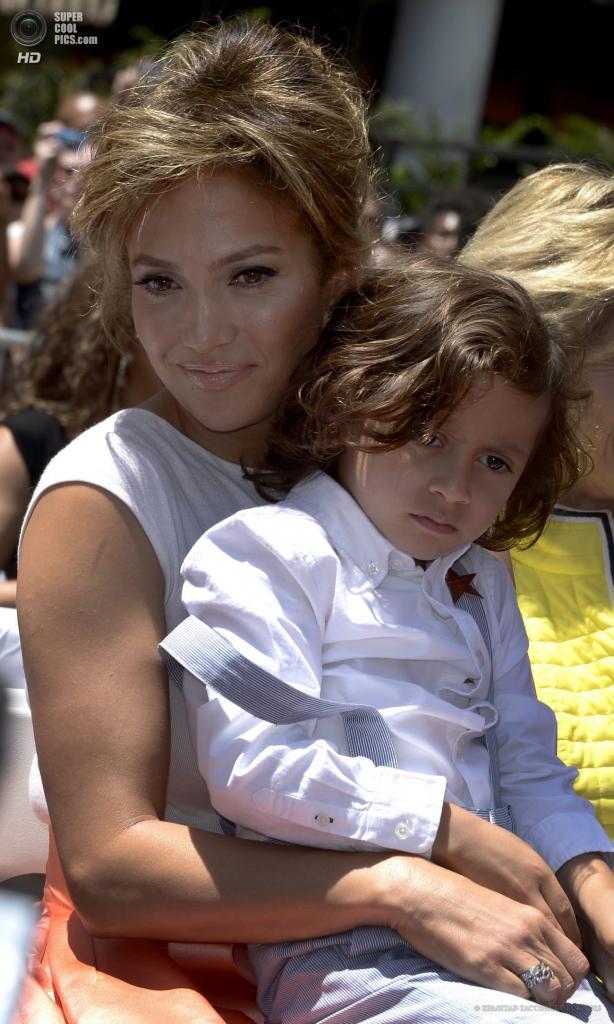 США. Голливуд, Лос-Анджелес, Калифорния. 20 июня. Дженнифер Лопес с сыном Максимилианом Девидом Энтони. (EPA/ИТАР-ТАСС/PAUL BUCK)