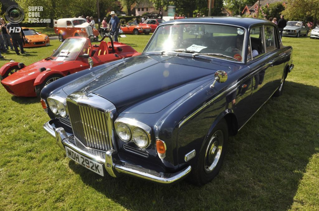 Великобритания. Бардуэлл, Саффолк. 26 мая. Bentley на выставке автомобилей Bardwell Car Show. (Martin Pettitt)