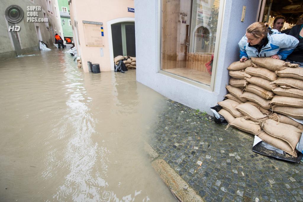 Германия. Пассау, Бавария. 1 июня. Наводнение, вызванное затяжными дождями. (EPA/ИТАР-ТАСС/ARMIN WEIGEL)