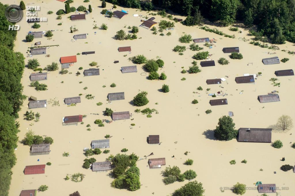 Германия. Штраубинг, Бавария. 5 июня. Последствия наводнения. (EPA/ИТАР-ТАСС/ARMIN WEIGEL)