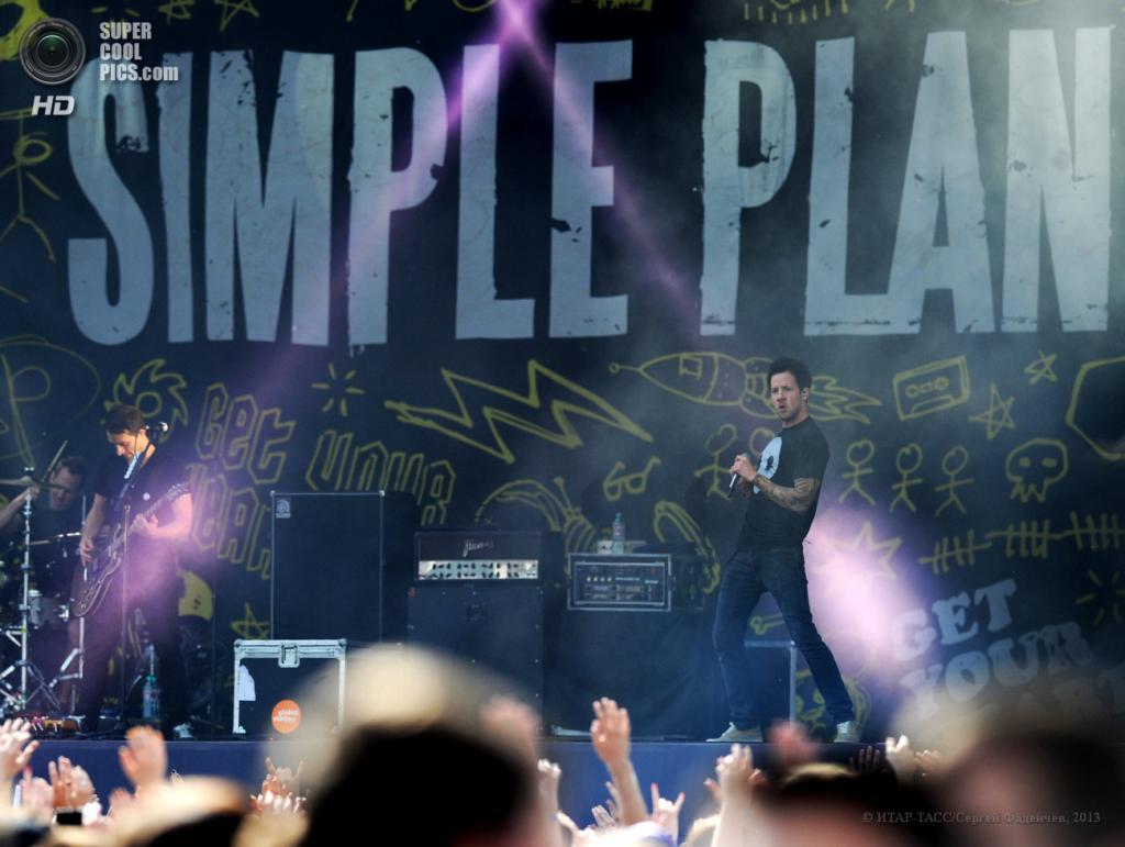 Россия. Москва. 12 июня. Выступление канадской рок-группы Simple Plan на XVI Международном музыкальном фестивале Maxidrom. (ИТАР-ТАСС/Сергей Фадеичев)
