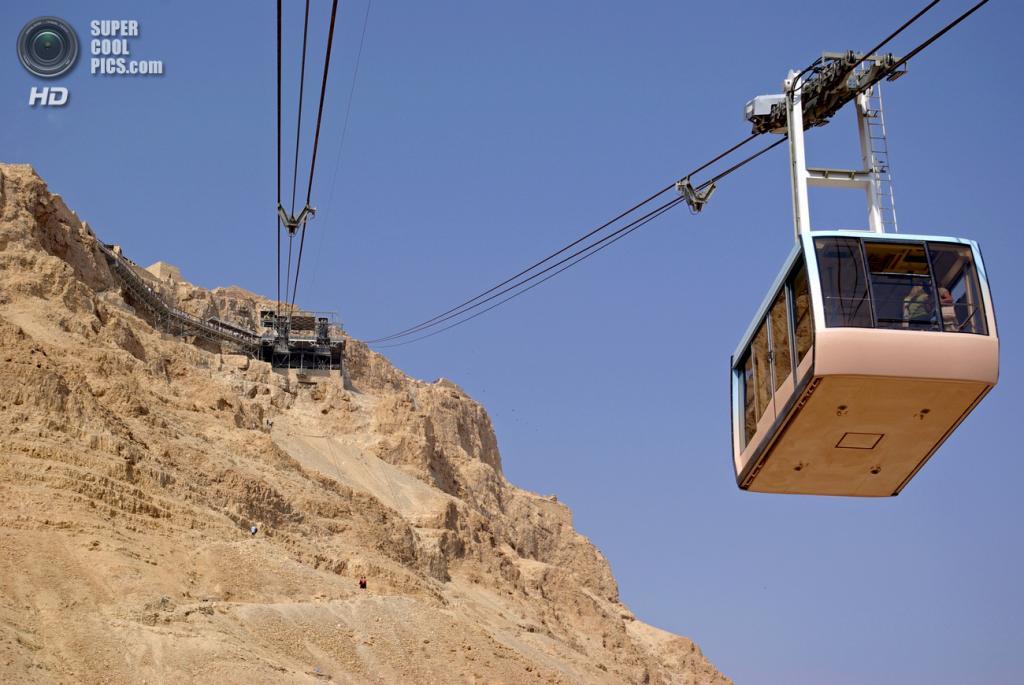 Канатная дорога в Масаде, Израиль. (Berthold Werner)