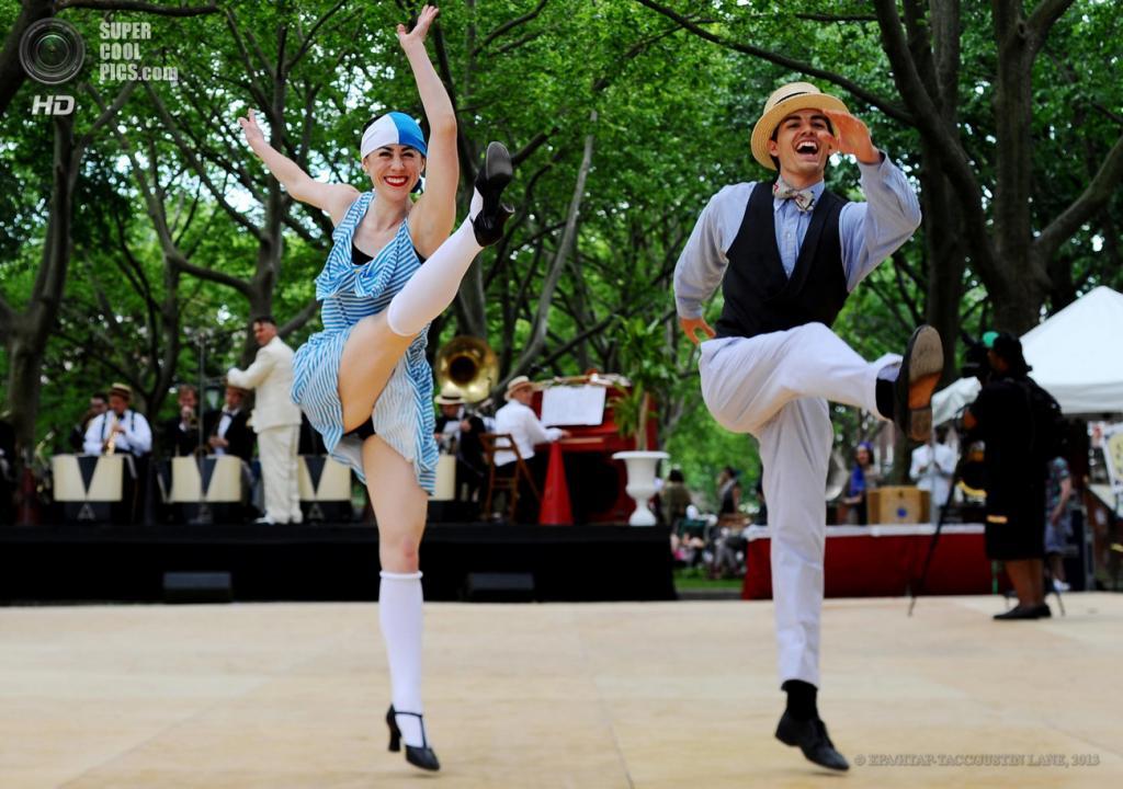 США. Нью-Йорк. 16 июня. Танцевальный номер во время 8-го ежегодного фестиваля Jazz Age Lawn Party на Губернаторском острове. (EPA/ИТАР-ТАСС/JUSTIN LANE)