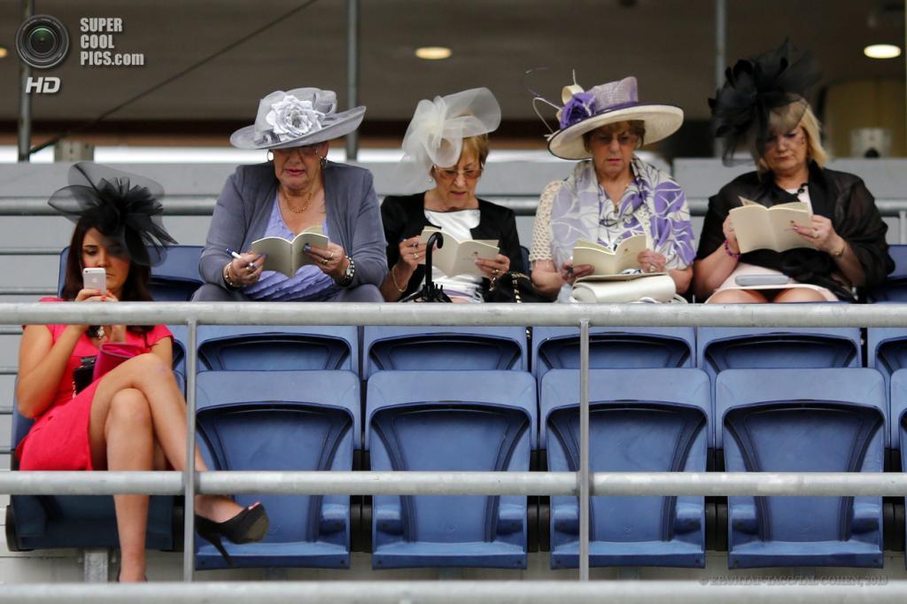 Великобритания. Аскот, Беркшир. 20 июня. Во время «Ladies Day» на скачках «Royal Ascot». (EPA/ИТАР-ТАСС/TAL COHEN)