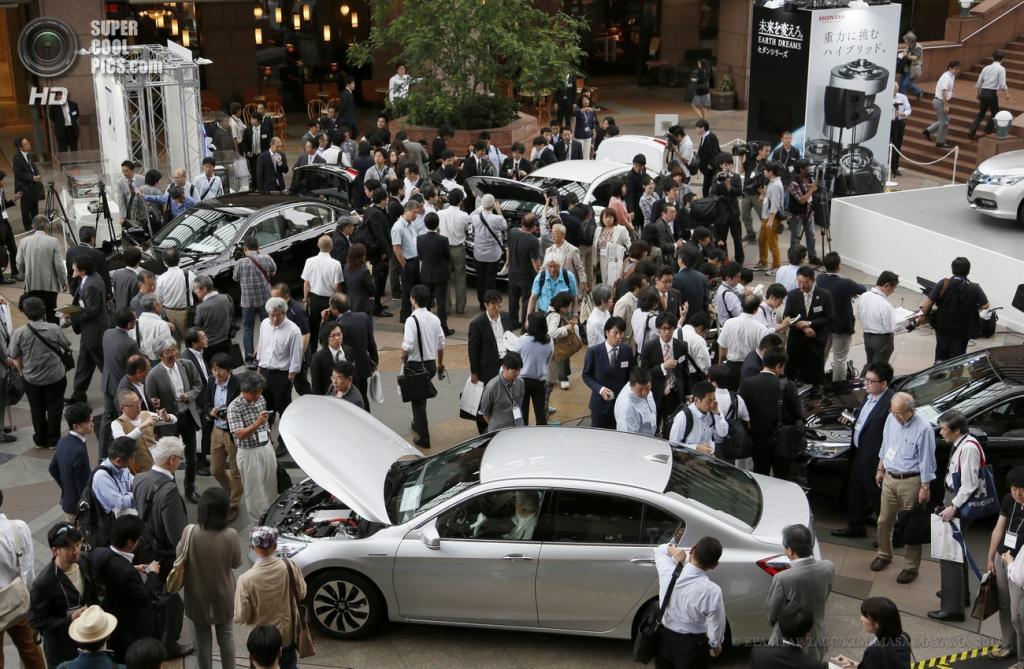 Япония. Токио. 20 июня. Журналисты толпятся вокруг нового гибридного седана Honda Accord Hybrid. (EPA/ИТАР-ТАСС/KIMIMASA MAYAMA)