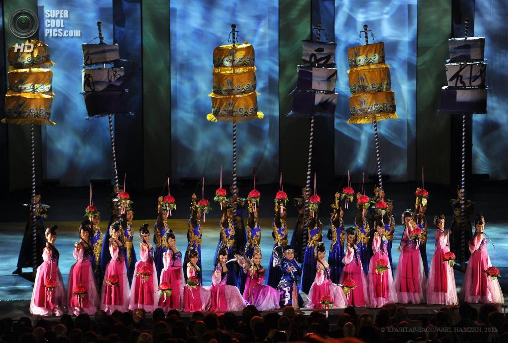 Ливан. Байт-эд-Дин, Горный Ливан. 26 июня. Выступление Китайской национальной акробатической труппы на Байт-эд-Динском арт-фестивале. (EPA/ИТАР-ТАСС/WAEL HAMZEH)