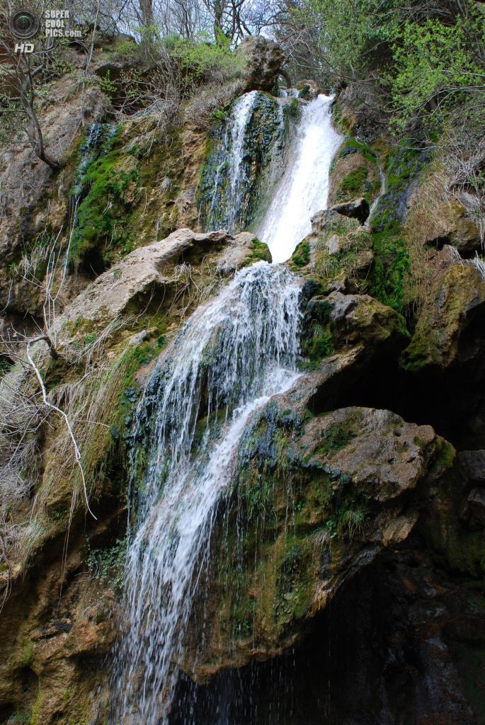 Су-Учхан очень живописен: рядом с мощными потоками — тонкие струйки, а пышные каскады устремляются в тихие заводи. Под основным потоком водопада огромный поросший зеленым мхом камень, прислонившись к обрыву, образует грот. Слева от водопада тоже есть грот. В обрамлении зелени окружающих деревьев Су-Учхан, срываясь с обрывистого склона горы Базар-Оба, продолжается каскадом небольших водопадов общей высотой более 50 метров. (Ganegita)