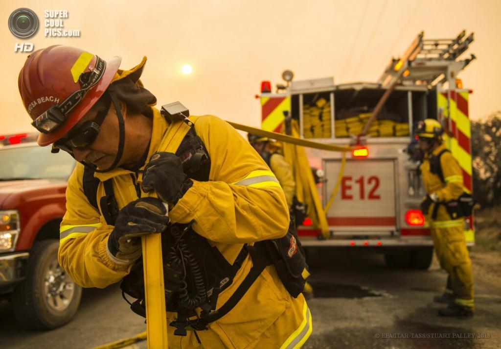 США. Ланкастер, Калифорния. 2 июня. Во время устранения природных пожаров.  (EPA/ITAR-TASS/STUART PALLEY)