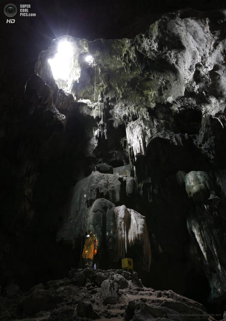 Таиланд. Ратчабури. 4 июня. Свет проникает через отверстия в потолке пещеры Chompol. (EPA/ИТАР-ТАСС/BARBARA WALTON)