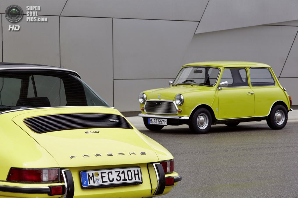 Классический MINI поздравляет Porsche 911 с «золотым юбилеем». (BMW AG/Porsche AG)