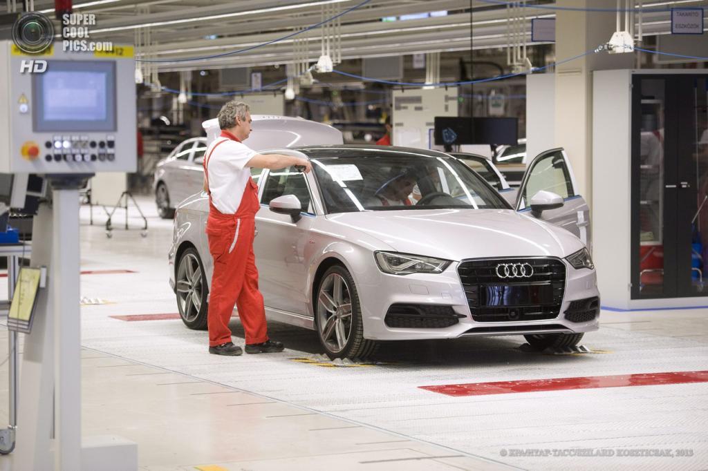 Венгрия. Дьёр. 12 июня. Сборка автомобилей на новой производственной площадке Audi. (EPA/ИТАР-ТАСС/SZILARD KOSZTICSAK)