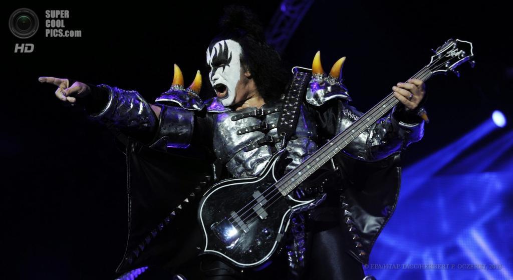 Австрия. Бургенланд. 15 июня. Вокалист и басист американской рок-группы KISS Джин Симмонс на фестивале Nova Rock 2013. (EPA/ИТАР-ТАСС/HERBERT P. OCZERET)