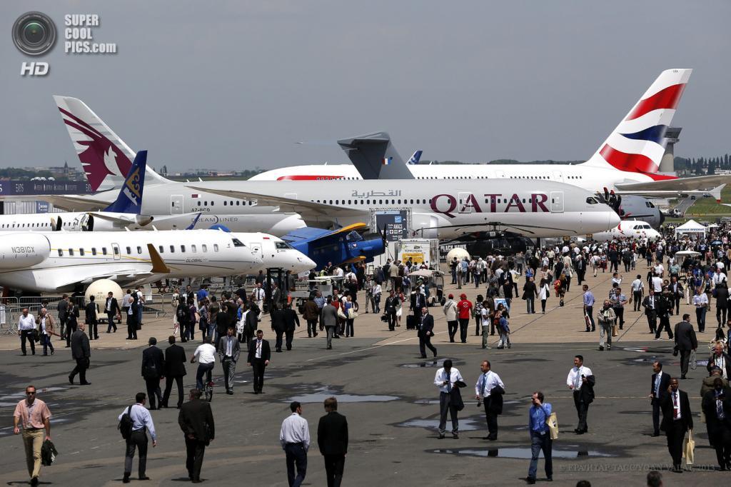 Франция. Ле-Бурже, Париж. 17 июня. Общий вид на 50-й Парижский авиасалон. (EPA/ИТАР-ТАСС/YOAN VALAT)
