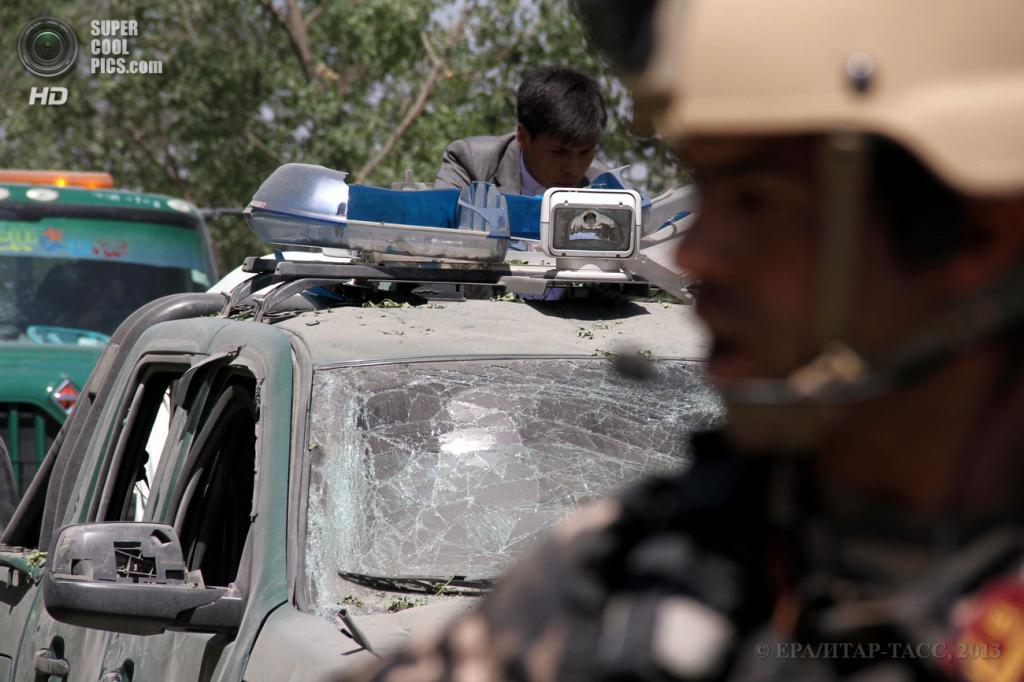 Афганистан. Кабул. 18 июня. Последствия теракта, направленного против депутата парламента, лидера одной из этнических групп Афганистана Мохаммада Мохакика. (EPA/ИТАР-ТАСС/PARWIZ SABAWOON)