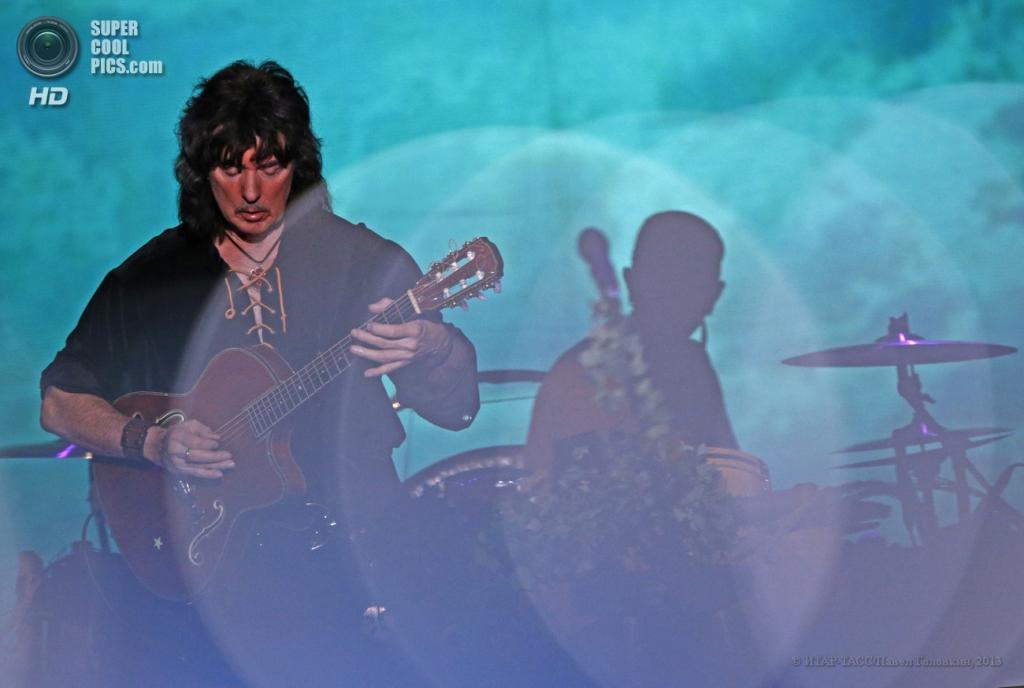 Россия. Москва. 18 июня. Гитарист Blackmore's Night Ричи Блэкмор во время выступления группы в «Крокус Сити Холл». (ИТАР-ТАСС/Павел Головкин)
