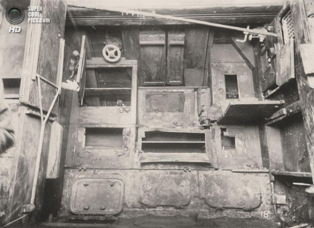 Великобритания. Уолсенд, Тайн-энд-Уир, Англия. 1918 год. Стол, шкафчики и люк, ведущий к аккумулятору. (Tyne & Wear Archives & Museums)