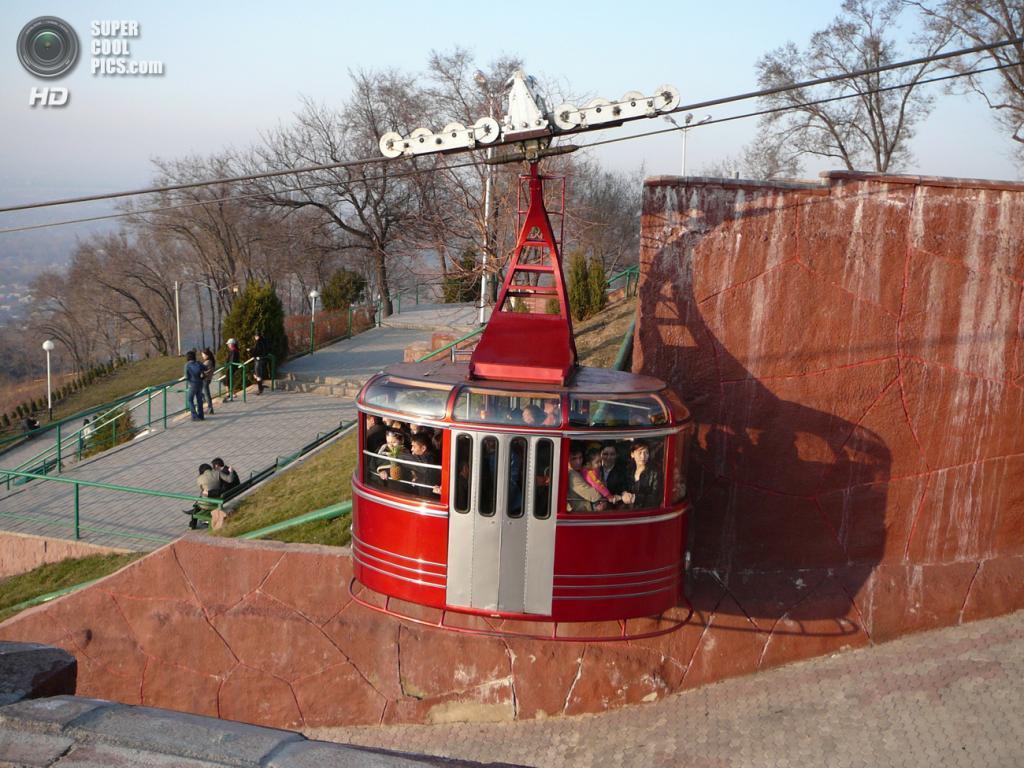 Канатная дорога на подходе к Кок-Тюбе в Алма-Ате, Казахстан. (Kalabaha1969)