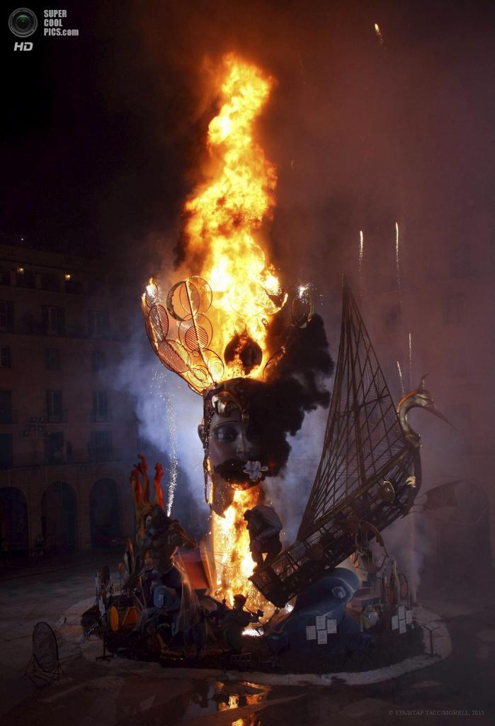 Испания. Аликанте, Валенсия. 24 июня. Главный костёр святого Иоанна Крестителя пылает в ночи. (EPA/ИТАР-ТАСС/MORELL)