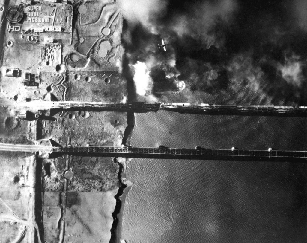 Корея. Синыйджу. 15 ноября 1950 года. Подрыв моста через реку Ялуцзян на границе с Китаем. (U.S. Army Korea)