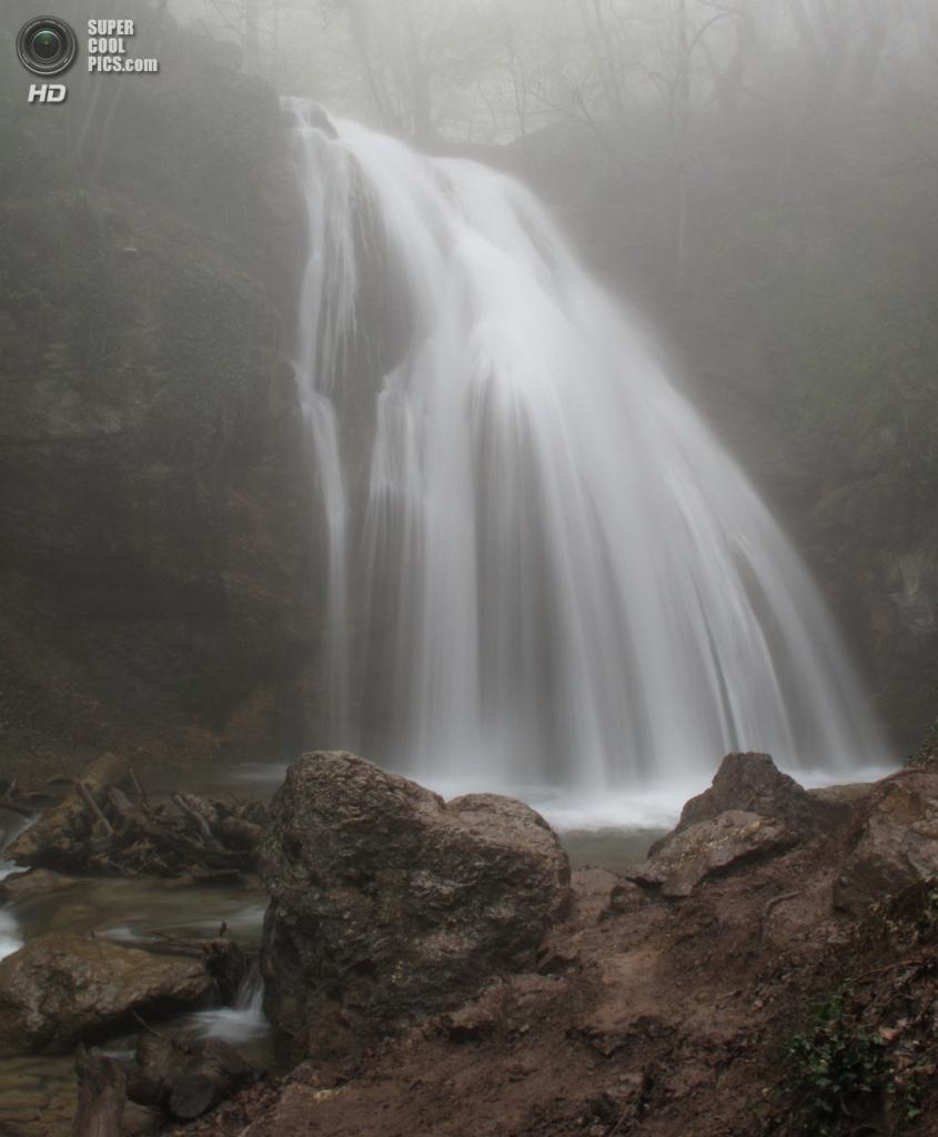 Водопад Джур-Джур. Расположен на реке Восточный Улу-Узень в ущелье Хапхал. Является самым полноводным водопадом Украины: его средний многолетний расход воды составляет 270 л/с. Он не иссякает даже в самое сухое время года. С известнякового уступа, высота которого 15 метров, широким пятиметровым потоком вода обрушивается в глубокий котлован и бурно стремится вниз по руслу реки. (ta2lka)