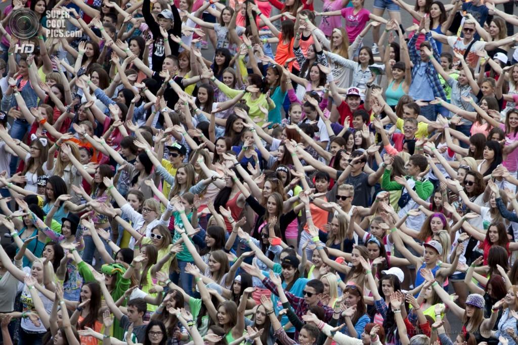 Россия. Москва. 6 июня. Участники флешмоба «Gangnam Style» перед началом пресс-коференции корейского певца Пак Чэ Сана (PSY) у СК «Олимпийский». (ИТАР-ТАСС/Павел Головкин)