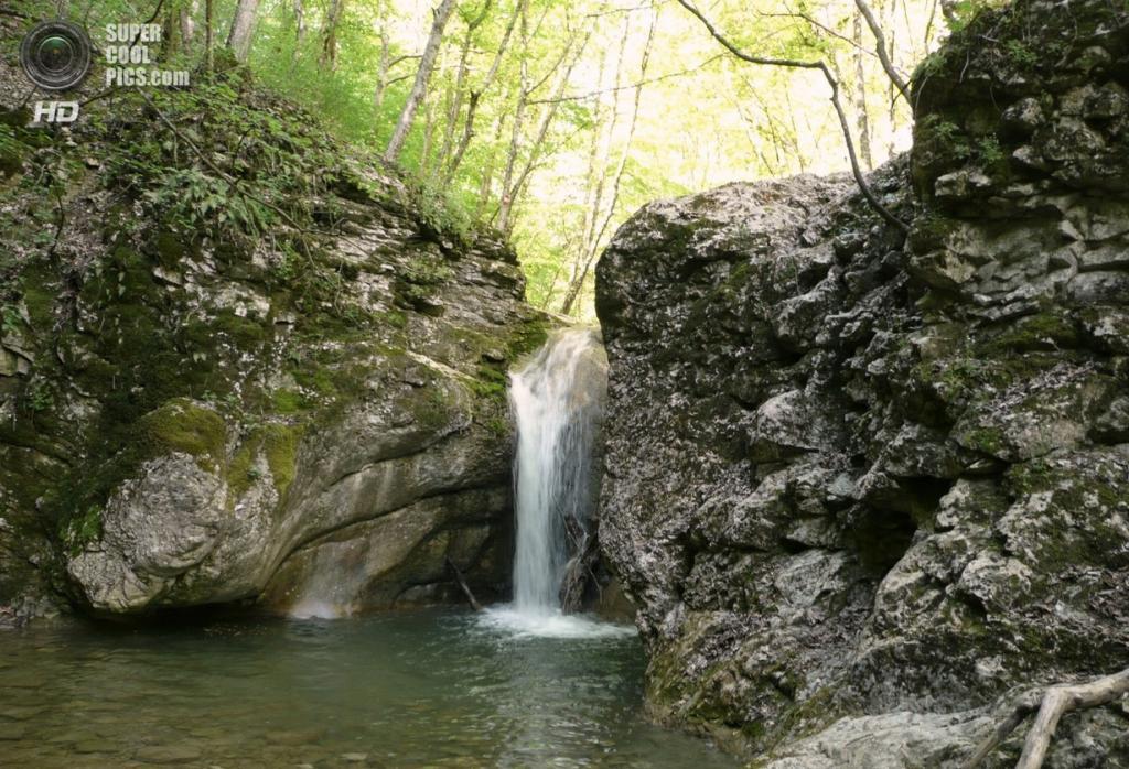 Черемисовские водопады. Расположены на небольшой горной речке Кучук-Карасу в ущелье Кок-Асанл. В верхней части ущелья расположен ряд каскадиков и ванночек с водой изумрудного цвета. Завершаются они большим и очень красивым каскадом. Далее, туристическая тропа часто переходит с одного берега на другой и приводит к водопаду «Любви». Здесь две струи воды, падающие с небольшой высоты, образуют одну заводь — ванну «Любви». (LVK)