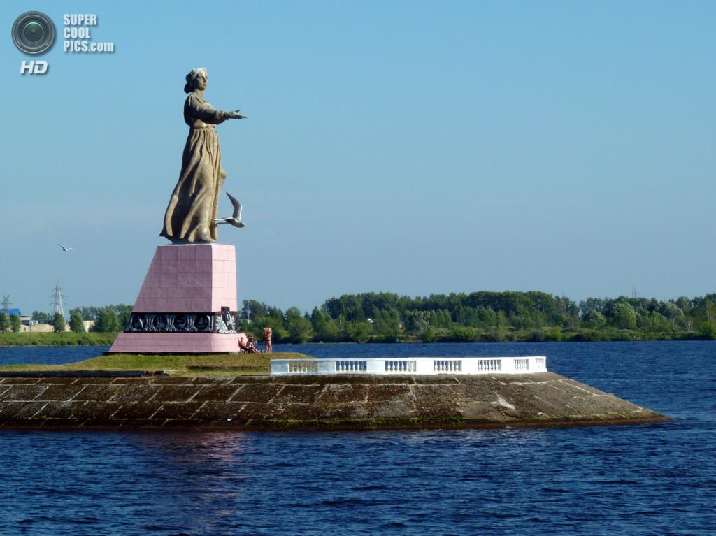 Монумент «Мать-Волга» на дамбе шлюзов Рыбинского гидроузла. (Howard Lifshitz)