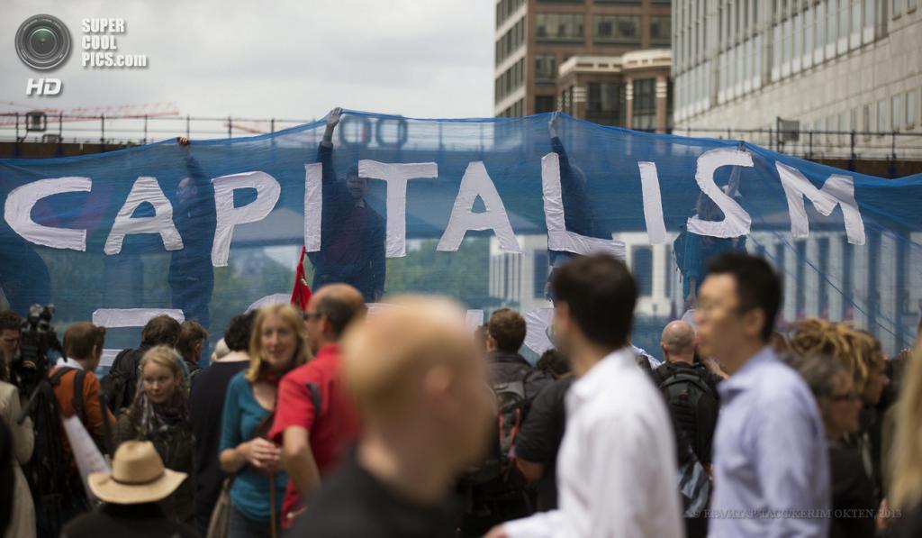Великобритания. Лондон. 14 июня. Во время акции протеста против саммита «Большой восьмёрки». (EPA/ИТАР-ТАСС/KERIM OKTEN)