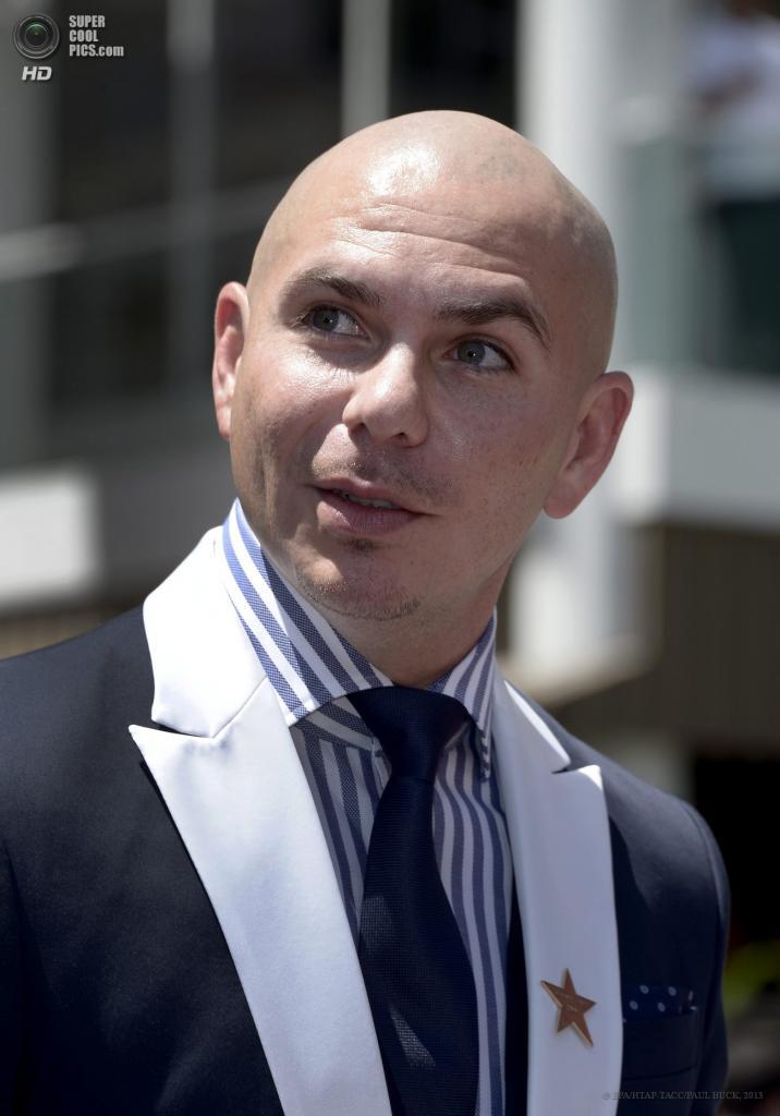 США. Голливуд, Лос-Анджелес, Калифорния. 20 июня. Певец Pitbull во время церемонии открытия звезды Дженнифер Лопес на «Аллее славы». (EPA/ИТАР-ТАСС/PAUL BUCK)