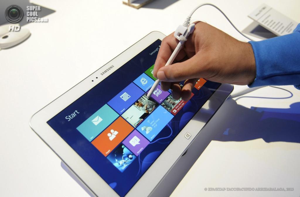 Великобритания. Лондон. 20 июня. Посетители рассматривают планшет Samsung ATIV Tab 3 во время презентации новых гаджетов Samsung в выставочном центре «Эрлс Корт». (EPA/ИТАР-ТАСС/FACUNDO ARRIZABALAGA)