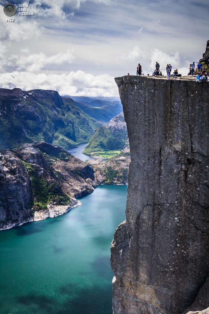 Норвегия. Люсе-фьорд. Утес Прекестулен. (Ronel Reyes)