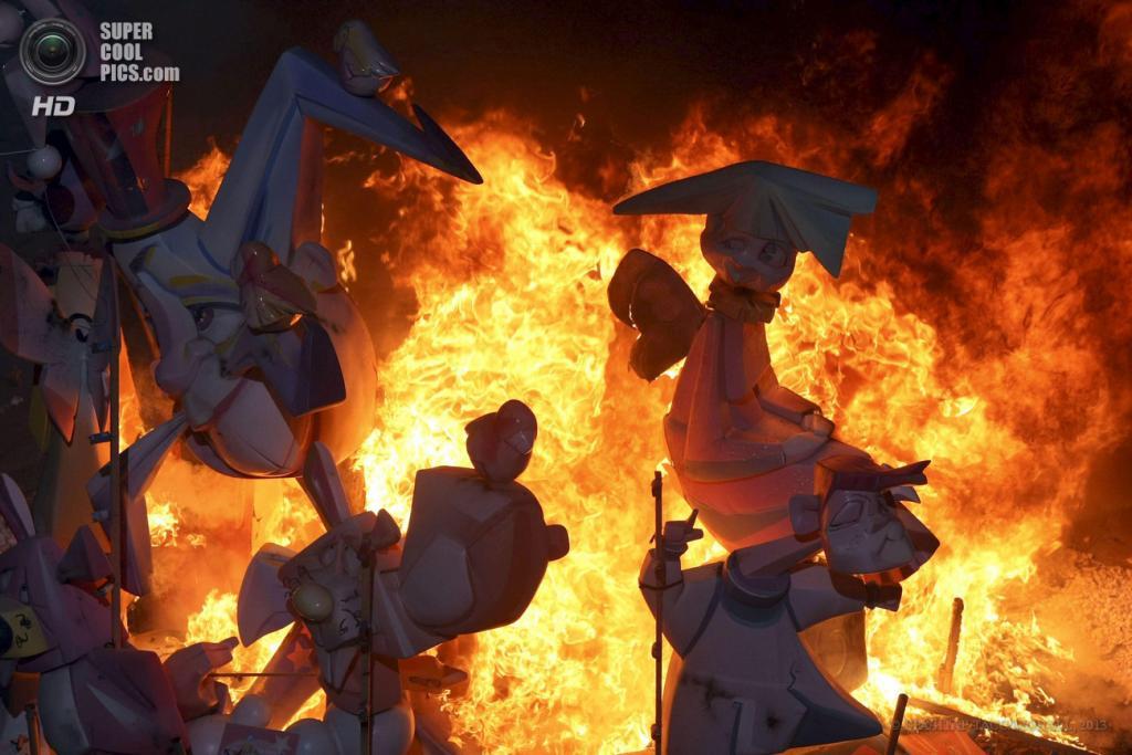 Испания. Аликанте, Валенсия. 24 июня. Главный детский костёр святого Иоанна Крестителя пылает в ночи. (EPA/ИТАР-ТАСС/MORELL)