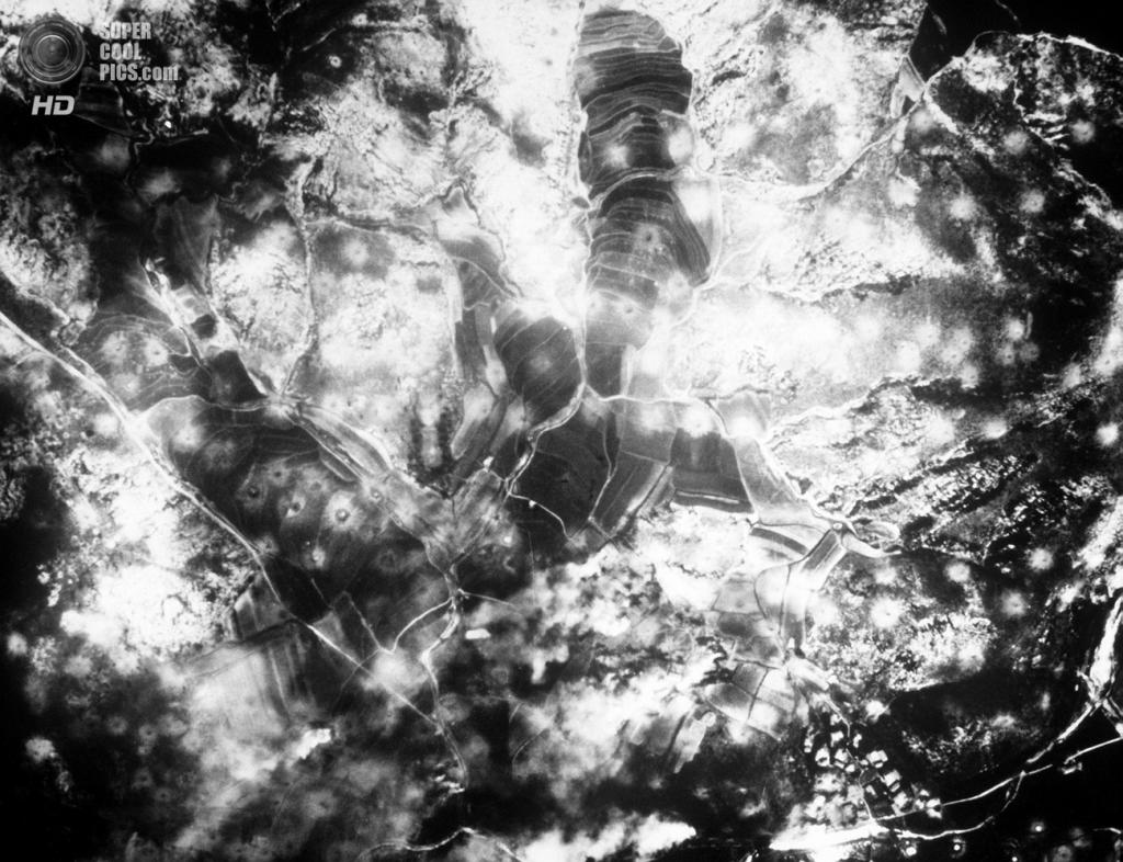 Корея. Вэгван. 16 августа 1950 года. Последствия массовой бомбежки на запад от реки Нактонган, выполненной бомбардировщиками Boeing B-29 Superfortress. (U.S. Army Korea)