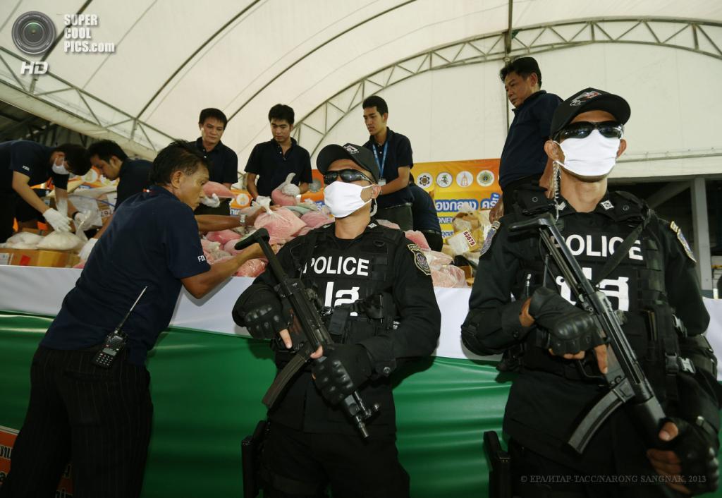 Таиланд. Аюттхая. 26 июня. Подготовка к уничтожению 3 363 кг наркотиков, включая героин, кокаин, опиум, экстази и метамфетамин, на общую сумму $324 млн. (EPA/ИТАР-ТАСС/NARONG SANGNAK)