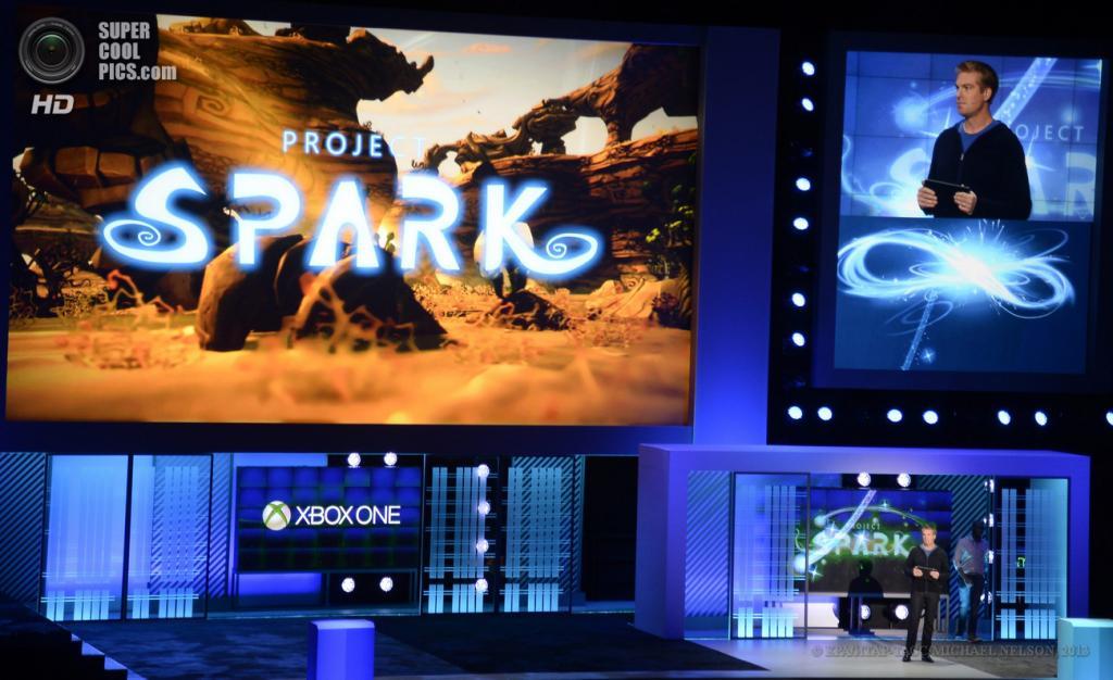 США. Лос-Анджелес, Калифорния. 10 июня. Разработчик игр Дэвид Маккарти представляет цифровой холст «Project Spark» на выставке E3 2013. (EPA/ИТАР-ТАСС/MICHAEL NELSON)