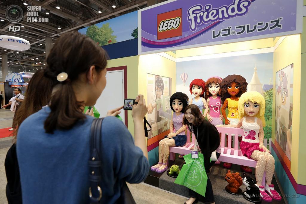 Япония. Токио. 13 июня. Посетительница позирует с персонажами «Lego Friends» из кубиков Lego на выставке Tokyo Toy Show 2013. (EPA/ИТАР-ТАСС/KIYOSHI OTA)