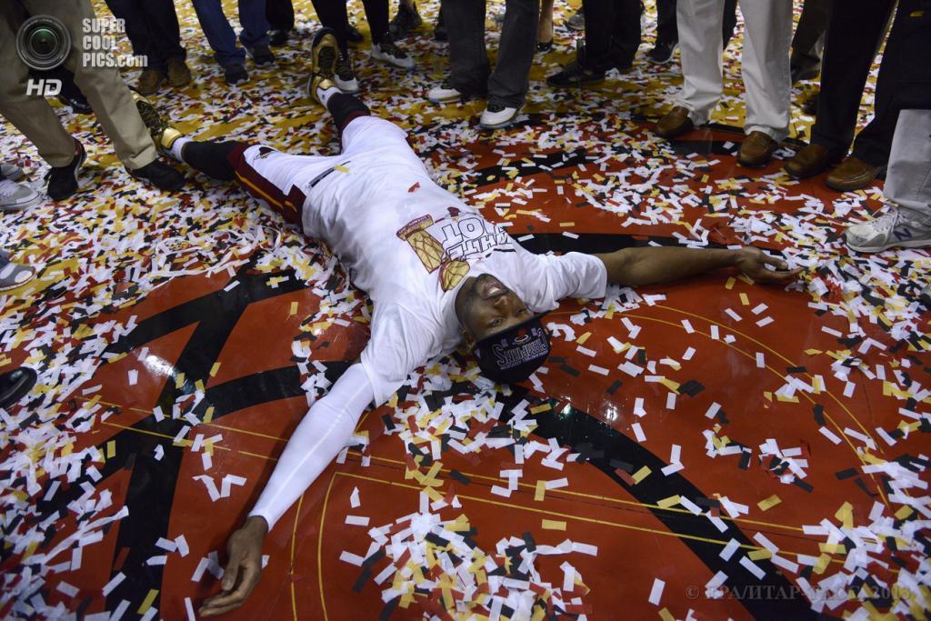 США. Майами, Флорида. 20 июня. Игрок «Майами Хит» Дуэйн Уэйд пытается сделать «ангелочка» после победы в финальной серии плей-офф НБА. (EPA/ИТАР-ТАСС/RHONA WISE)