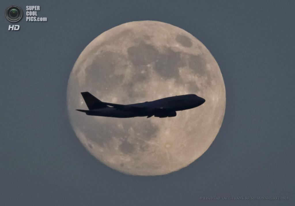 Германия. Франкфурт-на-Майне, Гессен. 23 июня. Самолёт, идущий на посадку, на фоне суперлуния. (EPA/ИТАР-ТАСС/FRANK RUMUMPENHORST)