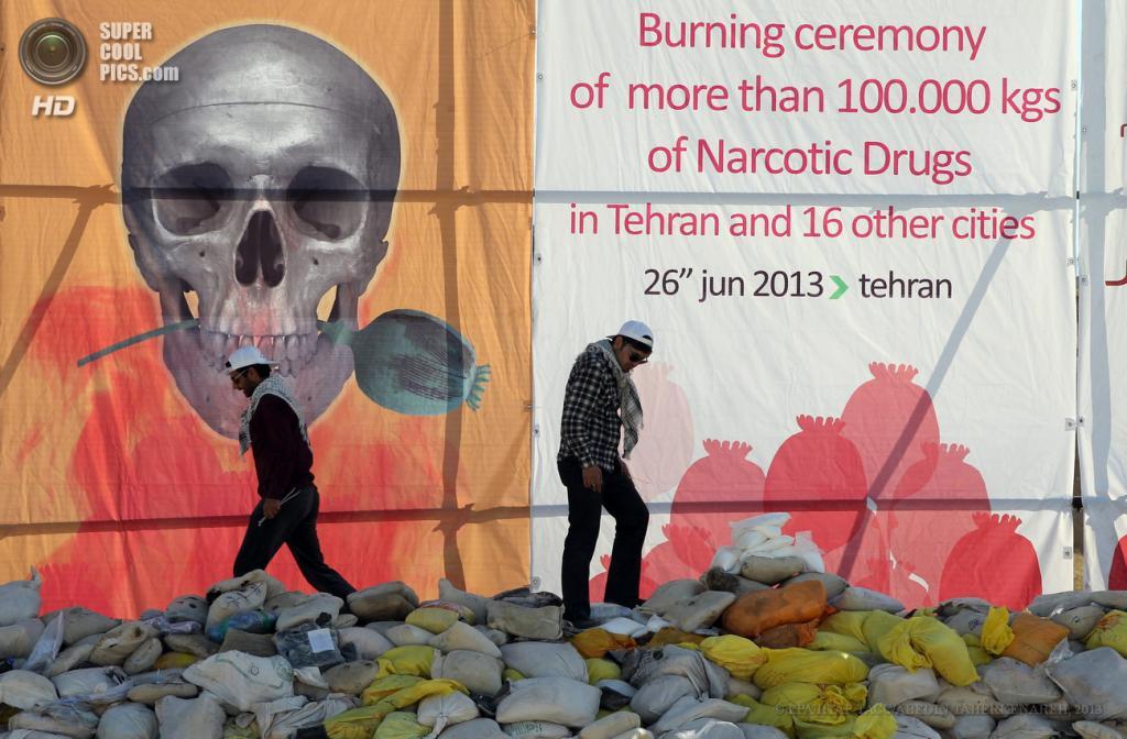 Иран. Тегеран. 26 июня. Ежегодная церемония уничтожения конфискованных наркотиков, главным образом, опиума и морфина. По заявлению иранской полиции, в этом году будет уничтожено около 100 тонн. (EPA/ИТАР-ТАСС/ABEDIN TAHERKENAREH)