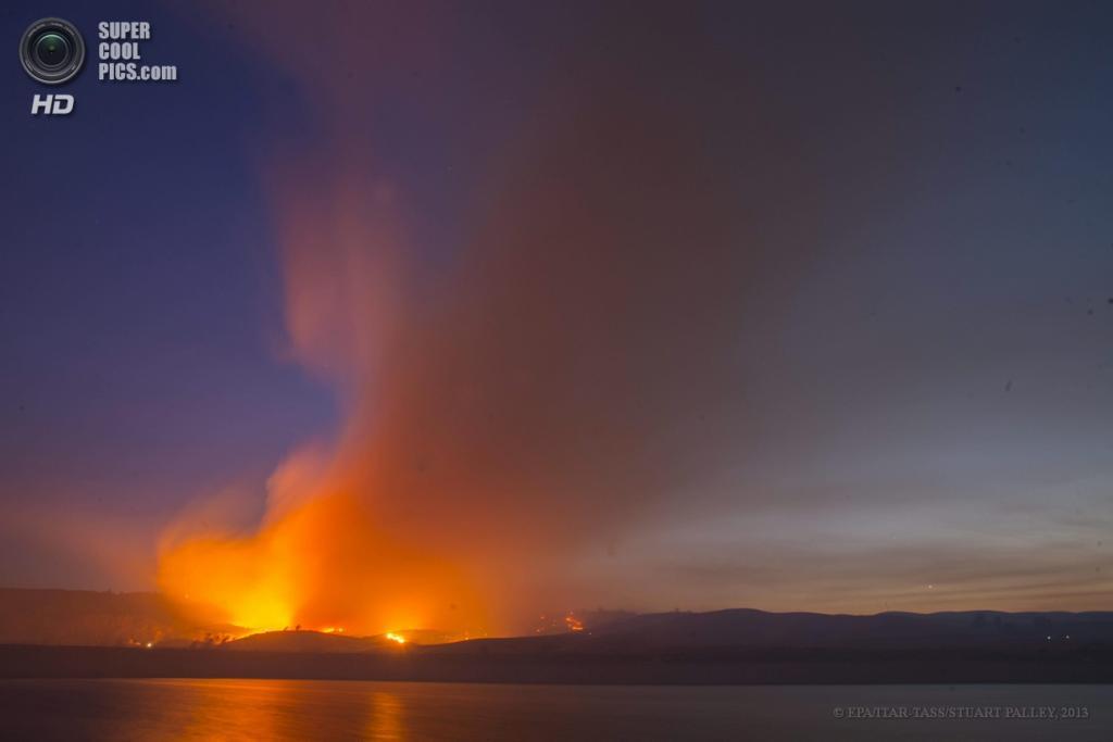 США. Ланкастер, Калифорния. 2 июня. Вид из далека на бушующий пожар. (EPA/ITAR-TASS/STUART PALLEY)